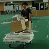 仙台市内に唯一残った避難所を後にする男性=宮城県・宮城野体育館で2011年7月31日、岸達也撮影