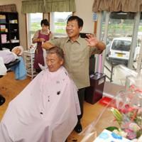 トレーラーハウスを使って営業を再開した理容室=岩手県山田町大沢で2011年7月31日、兵藤公治撮影