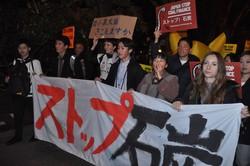 海外で日本の石炭火力発電に反対する学生ら=スペインで2019年12月7日、高木香奈撮影