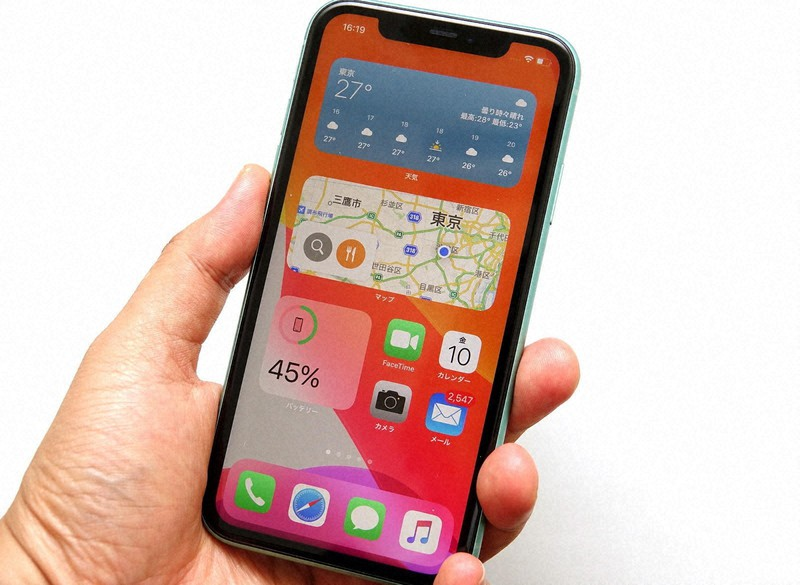 iOS 14のパブリックベータ版をインストールしたiPhone 11。ウィジェットを置くとホーム画面の見た目が大きく変わる(パブリックベータ版の画面は公開禁止されているが本稿では取材に基づく許可を得ている)