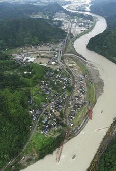 The flood-damaged Watari district of the village of Kuma, Kumamoto Prefecture, and the Kuma River are seen from a Mainichi Shimbun helicopter on July 10, 2020.  (Mainichi)