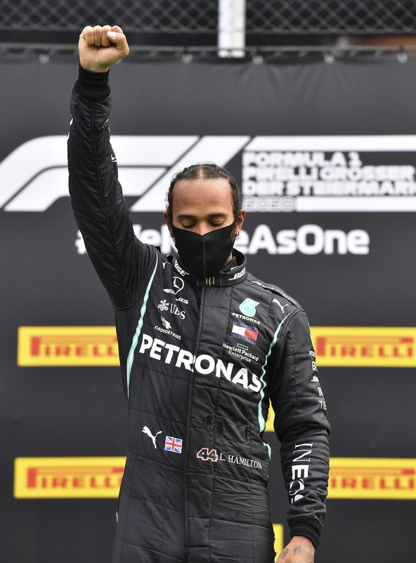 F1 Star Hamilton Raises Right Fist In Fight Against Racism The Mainichi