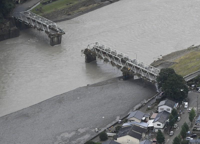 豪雨で一部が流された球磨川に架かる15号線の鉄橋=2020年7月10日午前10時7分、熊本県人吉市