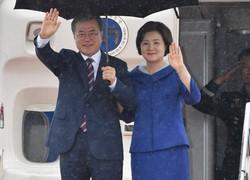 関西国際空港に到着した韓国の文在寅大統領(左)=関西国際空港で2019年6月27日午後3時55分、小松雄介撮影