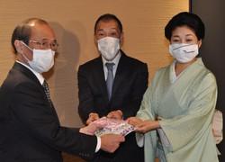 マスクを寄付した先斗町芸妓組合長のもみ乃さん(右)ら=京都市役所で2020年4月24日午後3時6分、小田中大撮影