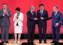 東京五輪の開幕まで1年となり開かれた記念イベントに登壇し、フォトセッションに臨んだ(右から)東京五輪・パラリンピック組織委員会会長の森喜朗元首相、安倍晋三首相、国際オリンピック委員会のバッハ会長、小池百合子都知事、日本オリンピック委員会の山下泰裕会長=東京都千代田区で2019年7月24日午後2時57分、尾籠章裕撮影