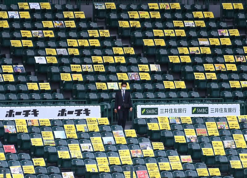 無観客での開催となり、観客席に張られた応援パネル=阪神甲子園球場で2020年7月9日、久保玲撮影