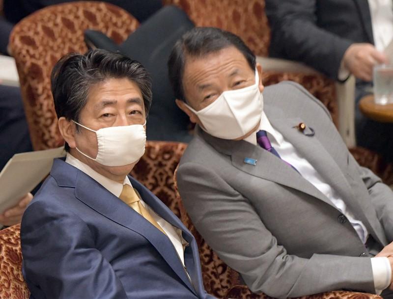 参院決算委員会に臨む安倍晋三首相(左)と麻生太郎財務相=国会内で2020年6月15日、竹内幹撮影