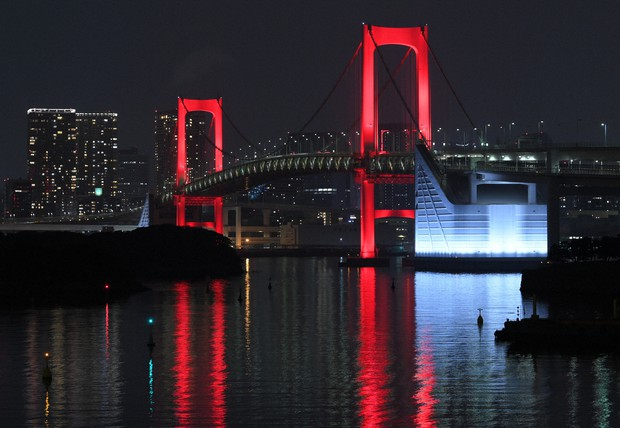 感染拡大で「東京アラート」が発令された時にはレインボーブリッジが赤色にライトアップされた=2020年6月2日、手塚耕一郎撮影