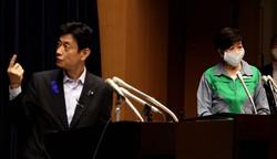 新型コロナウイルス感染防止対策について記者会見する西村康稔経済再生担当相(左)と東京都の小池百合子知事=東京都千代田区で2020年7月10日、喜屋武真之介撮影