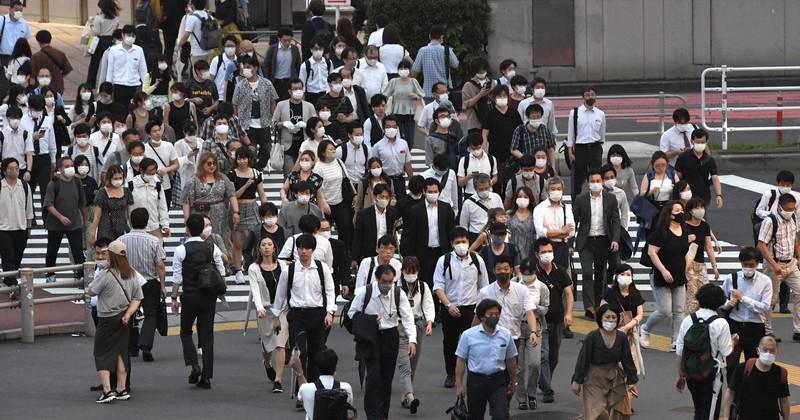 帰宅時間帯にJR新宿駅前を行き交う人たち=2020年7月10日、竹内紀臣撮影