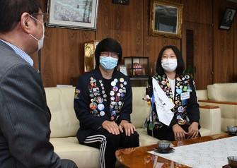 田中市長(左)に帰国を報告する交換留学生のアルバートさん(中央)と中川さん