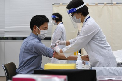 新型コロナウイルスの抗体保有検査会場で行われた採血のデモンストレーション。看護師は感染対策としてフェースガードなどを装着していた=東京都板橋区で2020年6月1日、北山夏帆撮影