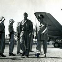 帰国前に北九州を訪れたウィリアム・ディーン少将(左)=1953年9月、芦屋町の芦屋飛行場で。49年10月、第24歩兵師団長として小倉に赴任、謙虚な姿勢で市民に親しまれたという。米軍総司令官に任じらた朝鮮戦争の大田攻防戦で行方不明になったが、捕虜交換で日本に戻った。米国へ帰国前に小倉を3時間だけ訪れ、市民に別れを告げた。