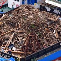作業船に回収され山積みになった漂流ゴミ=熊本県宇城市沖でで2020年7月14日午後3時22分、本社ヘリから須賀川理撮影