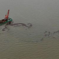 漂流する流木などをクレーンで回収する船=熊本県宇城市沖でで2020年7月14日午後2時36分、本社ヘリから須賀川理撮影