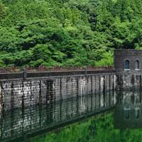石造りの美しいえん堤が緑と調和する河内貯水池。現在は日本製鉄が所有し、活用されている=北九州市八幡東区で2020年6月27日、須賀川理撮影