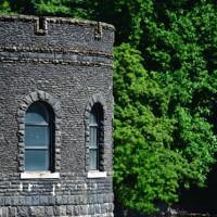 えん堤の中央に設けられた取水塔=北九州市八幡東区で2020年6月16日、須賀川理撮影