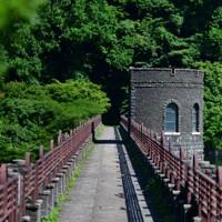 えん堤の上部は遊歩道として開放されている=北九州市八幡東区で2020年6月16日、須賀川理撮影