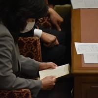 衆院決算行政監視委員会で「女帝 小池百合子」を読む野田聖子・元総務相。机の下に隠しつつ、同僚議員の質疑中も読みふけっていた=2020年6月1日、大場弘行撮影
