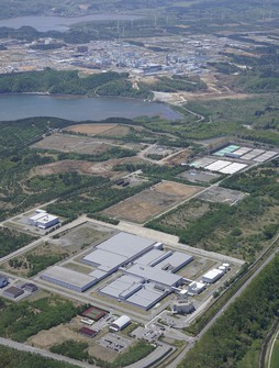 The Japan Nuclear Fuel Ltd. (JNFL) nuclear fuel reprocessing plant in the village of Rokkasho, Aomori Prefecture, is seen in this May 14, 2020 file photo taken from a Mainichi Shimbun aircraft. (Mainichi)