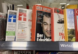 多くのドイツ人が参考にするという商品テスト雑誌「テスト」(左から2番目)。2020年7月号は豚肉を特集している=ベルリンのスーパーで7月、念佛明奈撮影