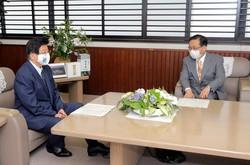 会談を行った川勝平太・静岡県知事(左)と金子慎・JR東海社長