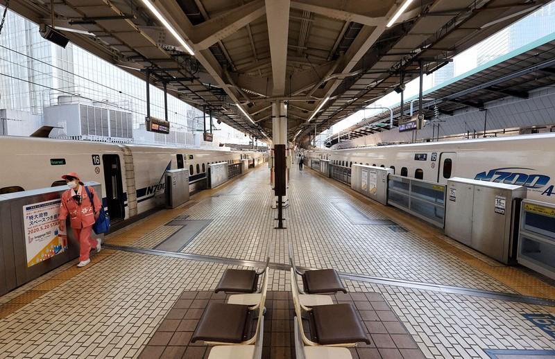 大型連休が始まったものの、ガラガラの新幹線ホーム(JR東京駅で2020年4月25日)