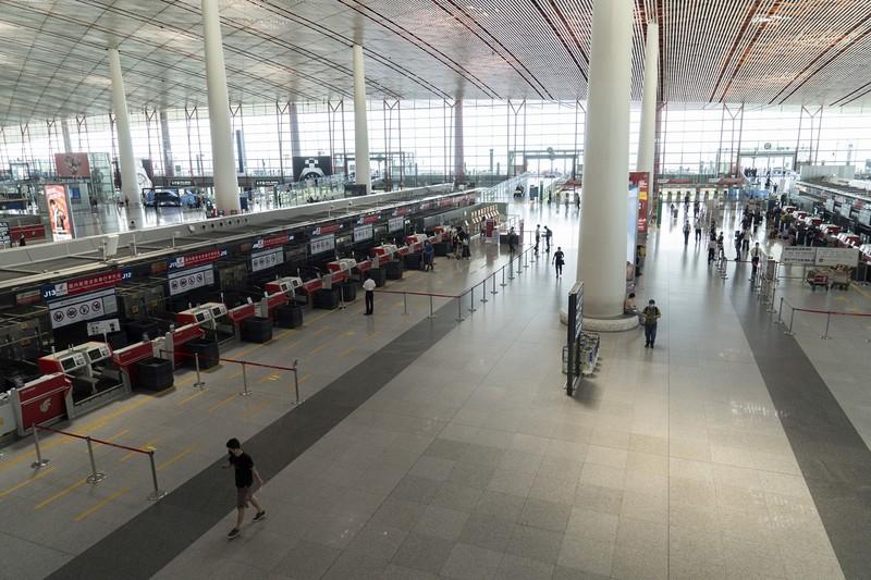 空港の出発ロビーはガラガラ(北京市の北京首都国際空港で7月6日)(Bloomberg)
