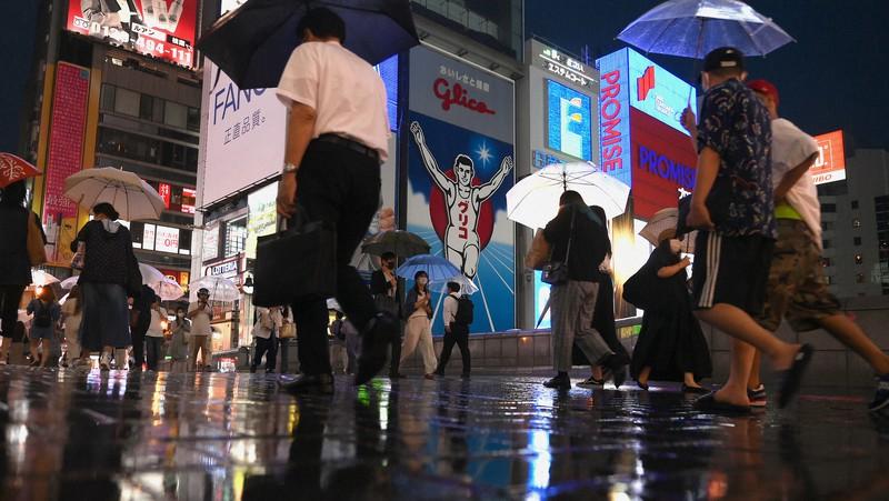 新型コロナウイルスの影響で日本経済はどうなるのか=大阪市中央区で2020年7月13日、久保玲撮影