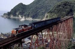 大学時代の山陰撮影旅行のワンショット。DD51が旧型客車を従え、初代餘部鉄橋を渡る姿が懐かしい=兵庫県の山陰線・鎧-餘部間で1986年8月、金盛正樹撮影