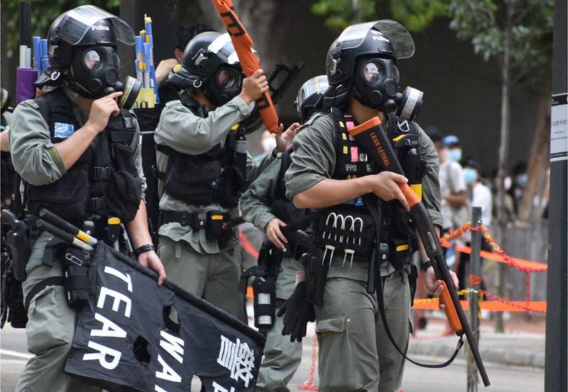 銃を手にデモ隊の強制排除に向かう機動隊員=香港・銅鑼湾で2020年7月1日、福岡静哉撮影
