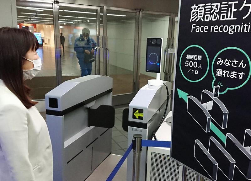 「マスクOK」の顔認証ゲートが設置されたNEC本社=東京都港区で2020年3月30日午後1時7分、道永竜命撮影