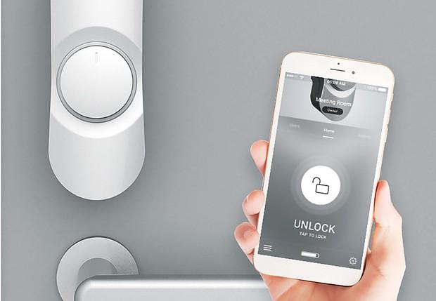 アプリを入れたスマートフォンやICカードをかざせば鍵が開く フォトシス提供