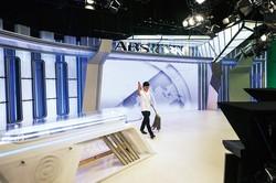 オンライン上での報道配信に向けて、スタジオの清掃を行っている様子 (Bloomberg)