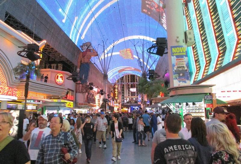 世界中からの観光客でにぎわっていた米国ラスベガス中心街。現在の陽性判明者数は当市と周辺だけで日本全体を上回る(2018年4月7日、筆者撮影)