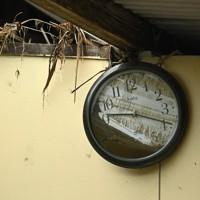 尾方和敏さん方の農機具小屋にかけられた時計。9時20分前で針を止め、中には泥がたまっていた=熊本県人吉市で2020年7月14日午後5時13分、徳野仁子撮影