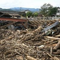 多くの流木が散乱している大柿地区。右奥が尾方さん方=熊本県人吉市で2020年7月15日午後5時15分、徳野仁子撮影