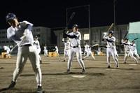 バットで素振りをする中京大中京の選手たち=名古屋市昭和区で2020年2月1日、兵藤公治撮影