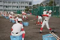 打撃練習をする智弁学園の選手たち=奈良県五條市の同校グラウンドで2019年12月24日、萱原健一撮影