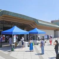 新型コロナウイルス感染防止のため、距離を保って並ぶ観客=東京・両国国技館で2020年7月19日午後1時10分、長谷川直亮撮影