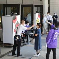 入り口で検温をして両国国技館に入る観客=東京都墨田区で2020年7月19日午後1時7分、長谷川直亮撮影