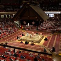 観客数を制限して行われた大相撲七月場所=東京・両国国技館で2020年7月19日、長谷川直亮撮影