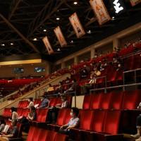 観客数を制限して行われた大相撲七月場所。2階の客席も距離を離して設けられた=東京・両国国技館で2020年7月19日、長谷川直亮撮影