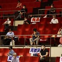 新型コロナウイルス感染症対策のため、観客が間隔をあけて座る両国国技館の二階席=東京・両国国技館で2020年7月19日午後4時24分、幾島健太郎撮影