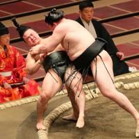 炎鵬(左)が切り返しで竜電に敗れる=東京・両国国技館で2020年7月19日、長谷川直亮撮影