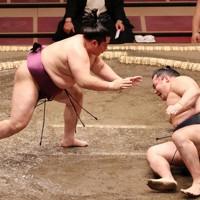 遠藤が腰砕けで鶴竜(右)を破る=東京・両国国技館で2020年7月19日午後5時45分、幾島健太郎撮影