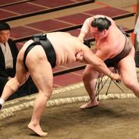 白鵬(右)が肩すかしで隠岐の海を降す=東京・両国国技館で2020年7月19日、長谷川直亮撮影