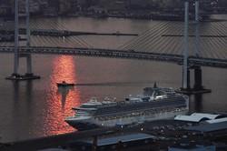 横浜港の大黒ふ頭に停泊するクルーズ船「ダイヤモンド・プリンセス」=横浜市鶴見区で2020年2月20日、本社ヘリから
