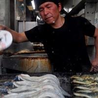 次々と焼き上げられていくウナギ=大阪市生野区の「舟屋」で2020年7月21日午前9時47分、平川義之撮影